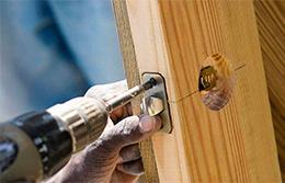 Кому доверить установку межкомнатных дверей